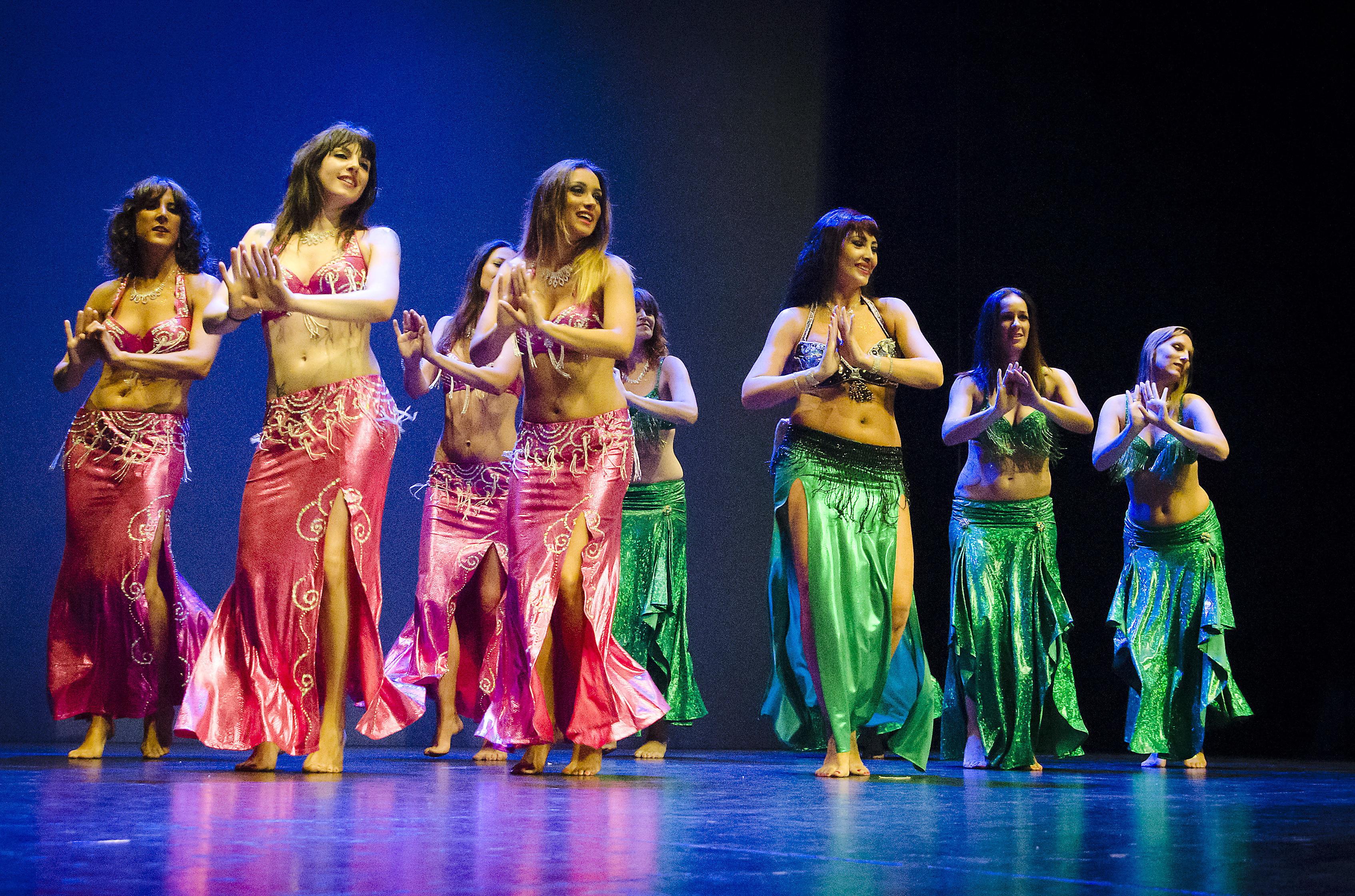 Leire Hathor y alumnas bailando una mejance oriental