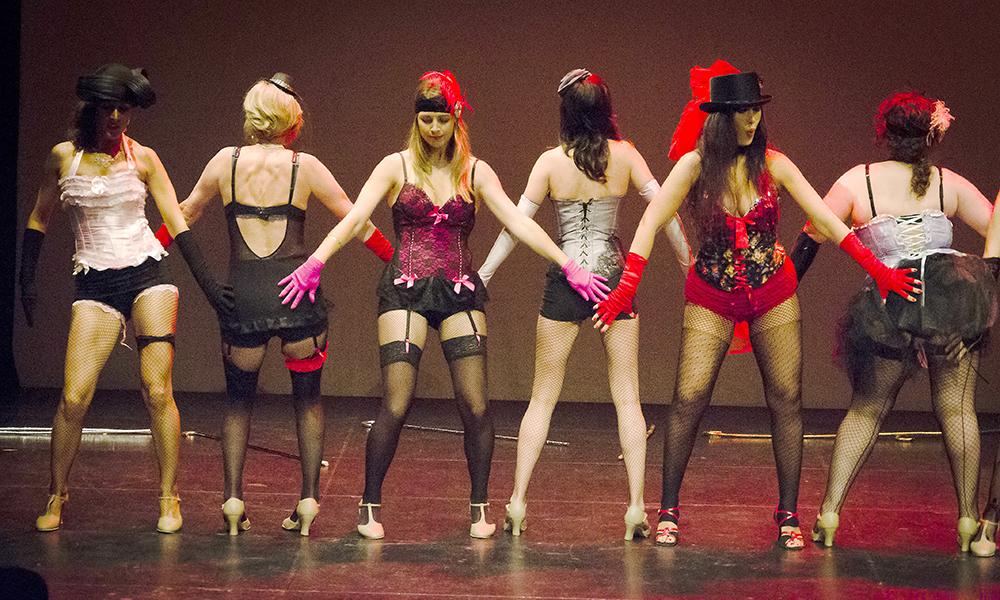 El baile grupal es una de las caracterisicas del burlesque. La interacción entre mujeres resulta mu