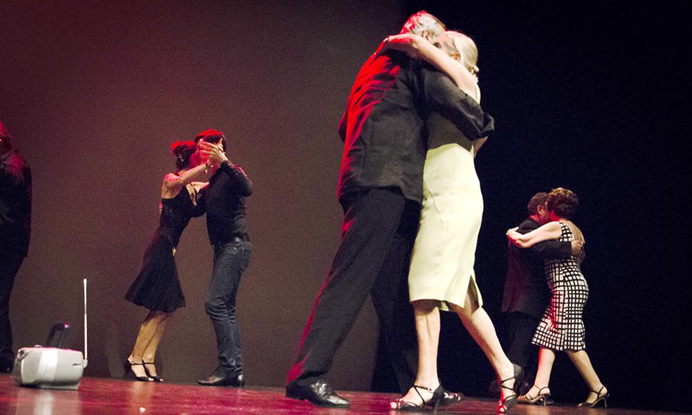 el abrazo y la caminada, los pilares del tango