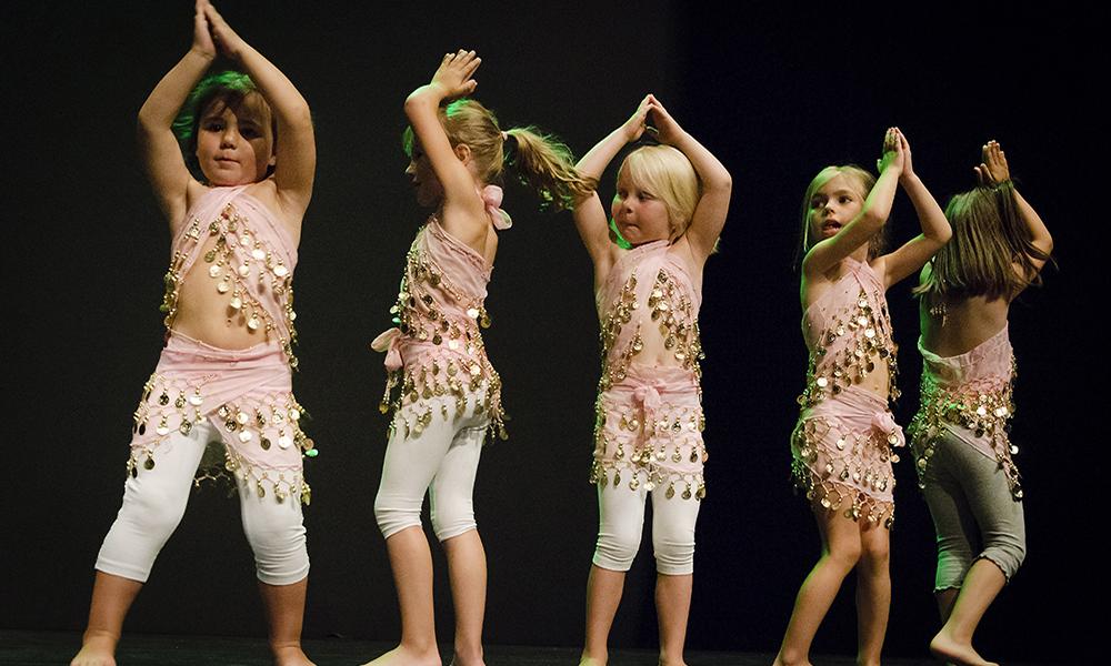 Predanza infantil. Un grupo de niñas pequeñas bailando una pieza de danza del vientre