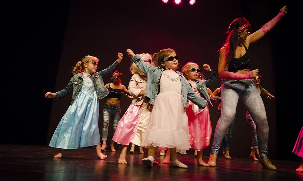 Predanza infantil.. La profesora Leire hathor con las alumnas de predanza bailando jazz funk