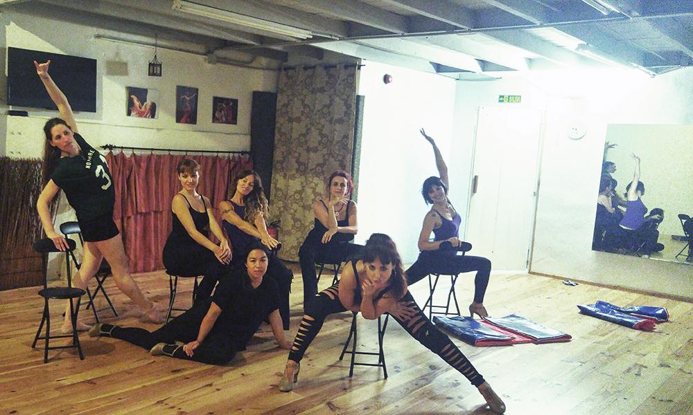 El baile grupal genera coreografías dinámicas y divertidas dentro de este estilo de danza
